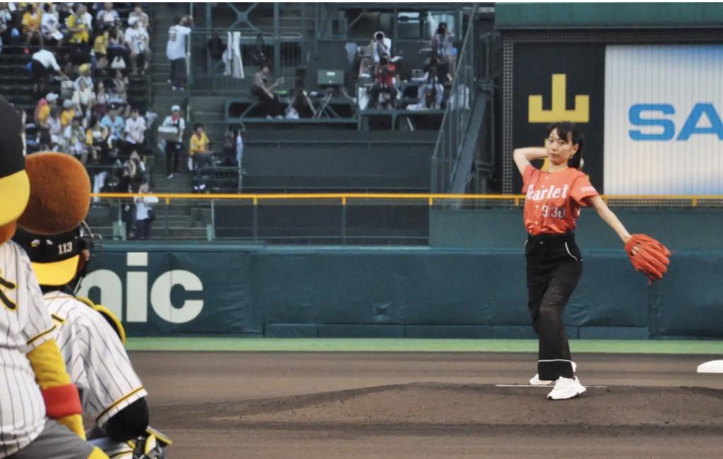 始球式  戸田恵梨香 「スカーレット」の赤色ユニホームで見事ノーバン投球 自己採点は「30点」