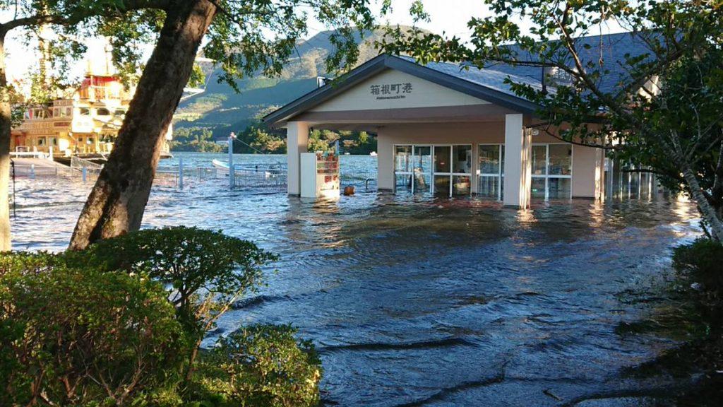 【台風】箱根 の 芦ノ湖 が 氾濫 湖畔の遊歩道や駐車場が水没