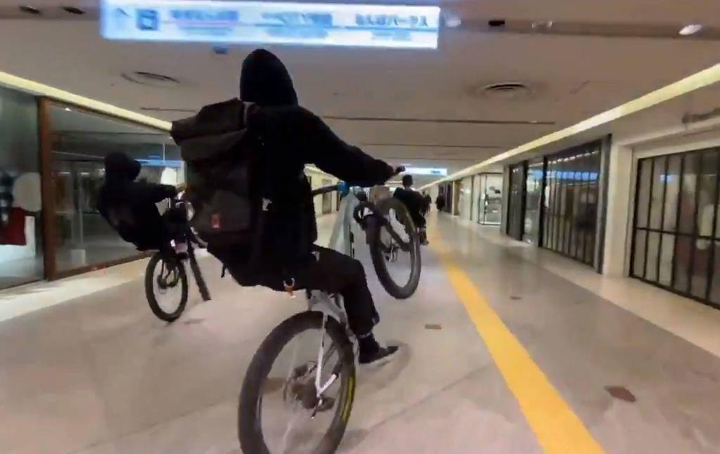 自転車 集団暴走 大阪 難波 なんばCITY で 動画 あり