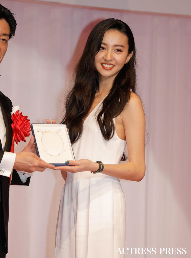 Koki 胸元ざっくりセクシーなドレス姿を披露 ジュエリーベストドレッサー賞 表彰式に登場